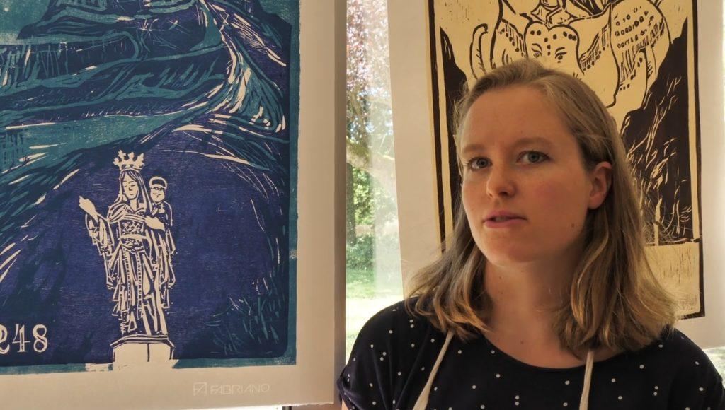 Lucy Watts présente une de ces œuvres sur bois.